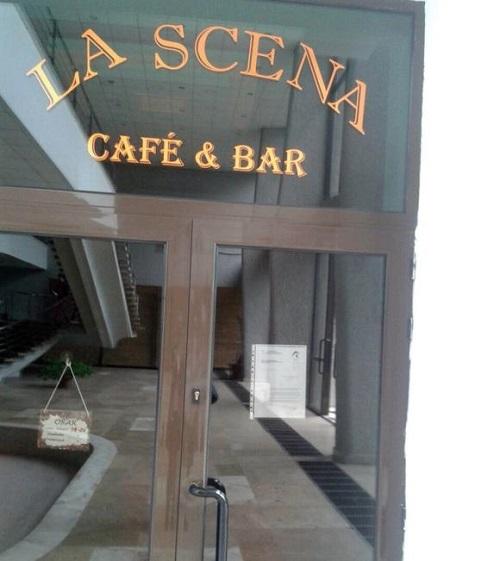 Anunţul privind închiderea localului a fost lipit pe uşa de la intrare Foto: Click!
