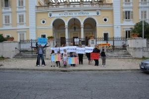 foto-cu-copiii-strada-pentru-si-cere-dreptul-la-vot.o-mana-de-romani-protestat-la-roma