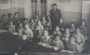 4.-sala-de-clasa-improvizata-intr-o-casa-nationalizata-din-mediul-rural-al-anilor-1950-300x185