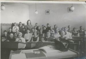 5.-sala-de-clasa-intr-o-scoala-noua-de-la-mijlocul-anilor-1960-300x206