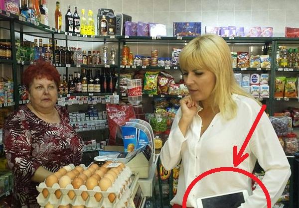 """Imagine din campanie, când Elena Udrea umbla cu iPad-ul la ea și la cumpărăturile """"electorale"""" (sursa foto: HotNews.ro)"""