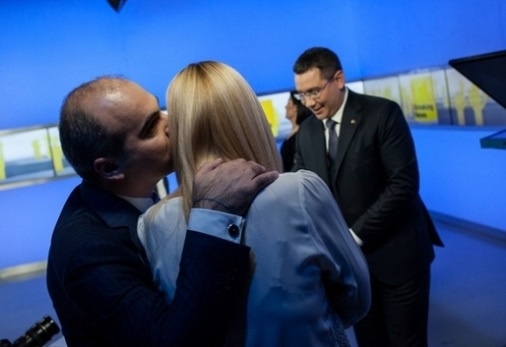 Imagine din campania electorală, din culisele Realitatea TV, cu primirea pe care rareș Bogdan i-a făcut-o Dacianei Sârbu, care l-a însoțit pe Victor Ponta la confruntarea cu Iohannis