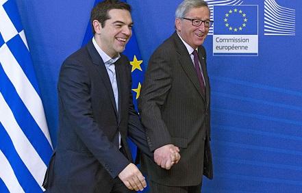 Ca doi porumbei, mână-n mână, premierul grec Alexis Tsipras și șeful Comisiei Europene, Jean-Claude Juncker, protagoniști într-o tragedie greacă modernă