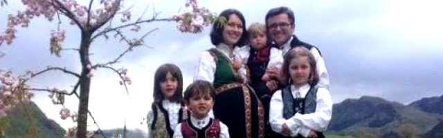 26656_la_familia_bodnariu_con_trajes_tipicos_cuando_estaban_esperando_el_quinto_bebe